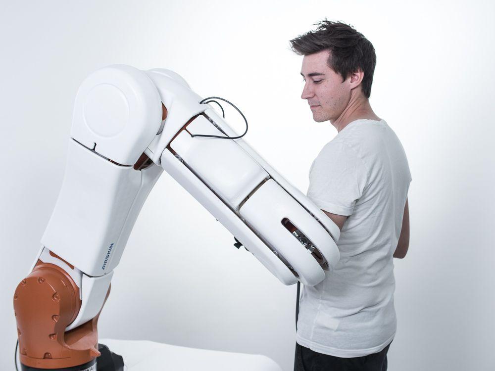 Mit der Airskin von Blue Danube Robotics wird ein Kuka KR10 Agilus Industrieroboter zum Cobot.