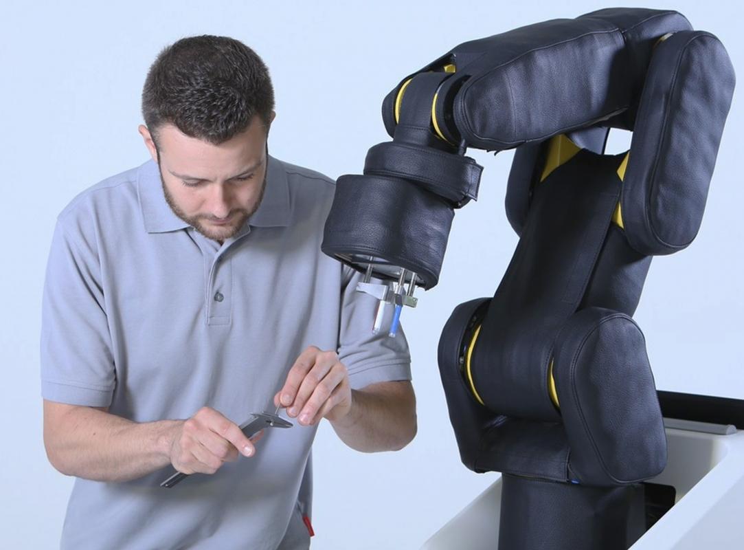 Stoppt dank kapazitiver Haut bevor es zu einer Berührung kommt: der APAS assistant von Bosch. Unter der Haut steckt ein Fanuc LR Mate 200 iD/7L oder ein Kuka Agilus, KR 10 R1100-2.