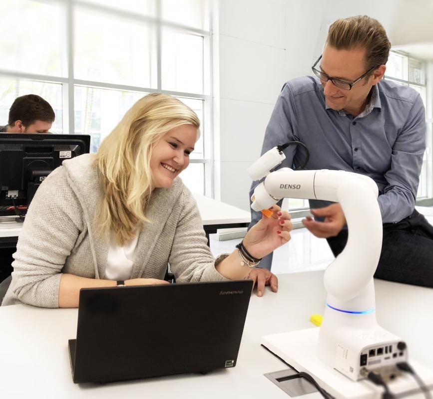 Cobotta von Denso Robotics: Der 4 kg leichte Roboter trägt 500 g und zielt auch auf den Ausbildungssektor.