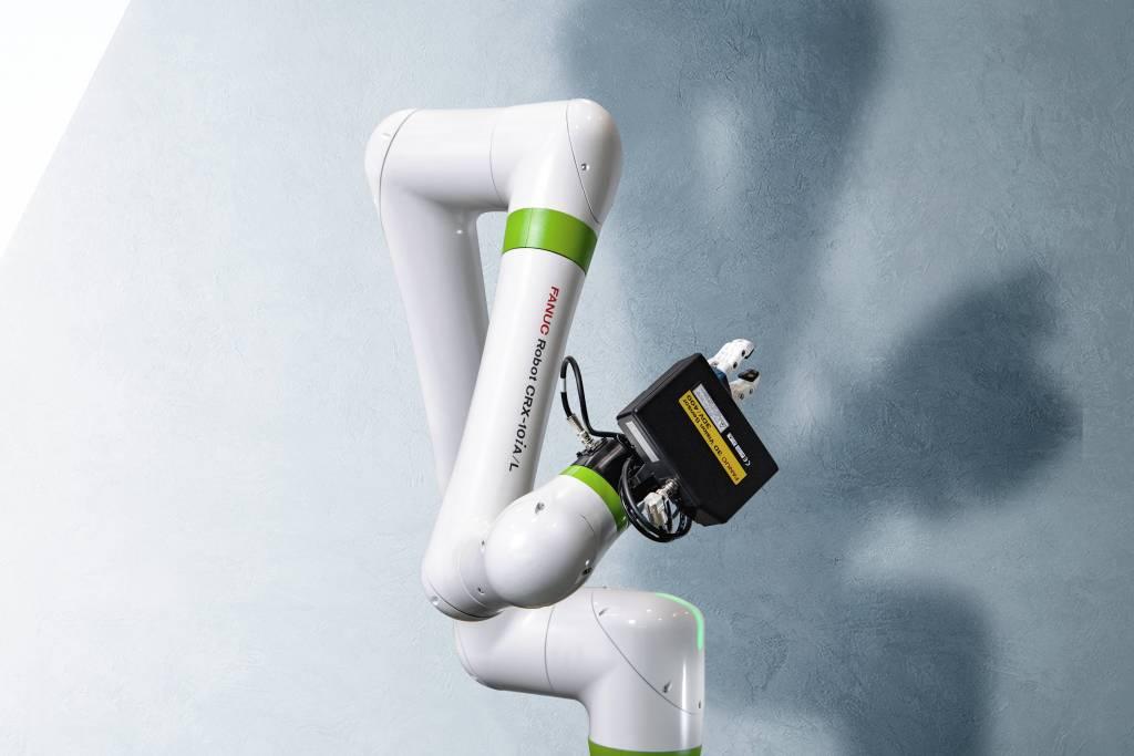 Während Fanucs grüne CR-Roboter modifizierte Industrieroboter sind, ist der CRX-10iA Fanucs erster echter kollaborierender Leichtbauroboter, der sich vor allem durch einfache Bedienung via Drag-and-drop auszeichnet.