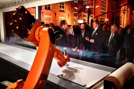ontwerpers_van_het_Duitse_Robotlab,_vlnr_Matthias_Gommel,_Martina_Haitz,_Jan_Zappe_en_koning_Willem_Alexander.__COPYRIGHT_DIRK_HOL