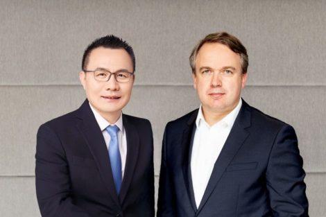 Thomas_Ernst_(r.),_CEO,__und_Shilai_Xie,_CEO,_PIA_Automation,_Bad_Neustadt_a._d._Saale