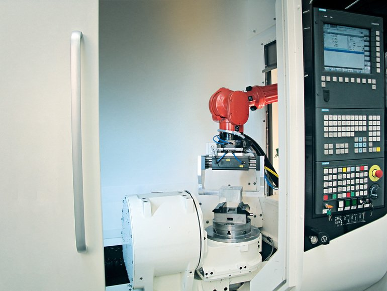 DirectControl_solution_allows_the_CNC_to_control_both_the_robot_arm_drive_system_andcontains_safety_functions_typically_performed_by_the_robot_controller._In_addition,_the_robot_is_programmed_solely_using_Sinumerik.__