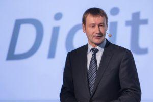 Klaus_Helmrich,_Mitglied_des_Vorstands_der_Siemens_AG,_auf_der_Siemens-Pressekonferenz_der_SPS_IPC_Drives_2017.__Klaus_Helmrich,_Member_of_the_Managing_Board_of_Siemens_AG_speaking_at_the_Siemens_press_conference_at_the_SPS_IPC_Drives_2017.___