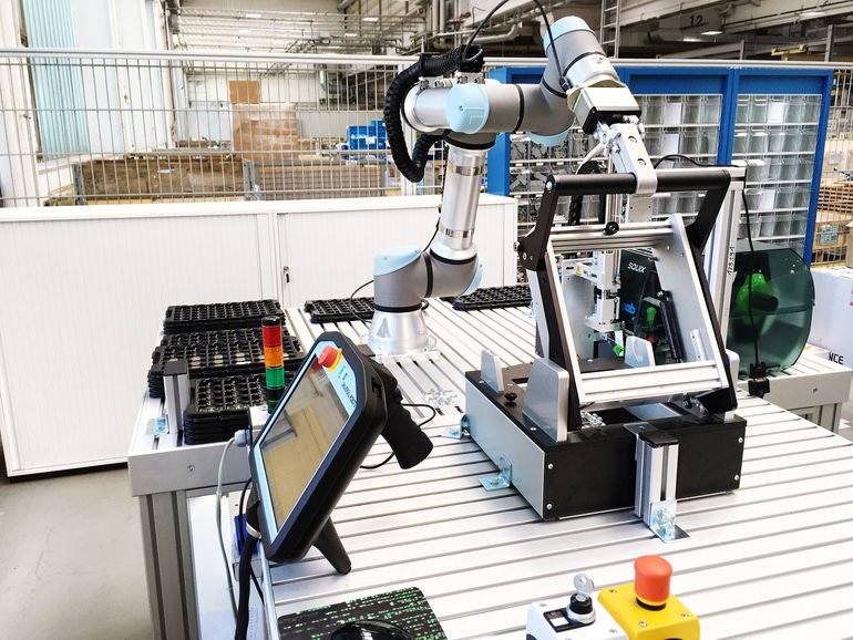 Universal_Robots_Cobot_UR5e_bei_Voith_Robotics.jpg
